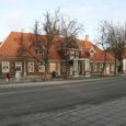 Saaremaa kõrgeima administraatori residents oli siin juba 17. sajandil olemas. Alates Rootsi ajast kuni aastani 1796 olid ametinimede poolest nendeks maapealik, asehaldur ja lõpuks asekuberner.