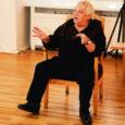 """Kuressaare ametikooli kunstiõpetajad Leelo Leesi ja Vilma Mägi pidasid oma õpilastega koolitunni Raegaleriis, vaadates kunstnike Leo Lapini ja Endel Loo ühisnäitust """"Pärimustega kahasse"""" ning kuulates endise koolmeistri Loo loengut peremärkidest ja loometööst üldse."""