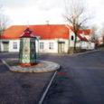 Sõrve ja Saaremaa olid nii viikingite kui ka tolleaegsete kaubareisijate (relvastatud kaupmeeste jõukude, vana-germaani k hansa'de) jaoks tuttavad kohad juba aegade hämaruses. Muinasaja lõpus kujunesid paiksemad turu- ja sadamakohad. Väina jõe suudmes ühes liivi külas tekkinud turu ümber sündis Riia linn, sama protsess algas ka Põduste jõe suudmes Saaremaal.
