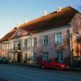 Täpne aasta, millal ehitati maja, kus praegu asub Kuressaare politseijaoskond, pole teada. Teada on, et see maja on kantud 1792. aastal avaldatud Kuressaare plaanile, mis omakorda on 1786. aasta linnaplaani kohandatud variant.