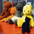 """9. veebruaril tähistas 60. sünnipäeva lastekirjanik ja """"vanade asjade tundja"""" Tiia Toomet. Saare maakonna keskraamatukogu lasteosakond on kokku kogunud hulga vanu mänguasju ja nüüd on need vaatamiseks välja pandud raamatukogu II korruse lastelugemissaalis."""