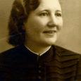Alviine Saar (neiuna End) sündis 14. märtsil 1907. aastal  Kaarma suurvallas Suure-Rootsi külas talupidajate perekonnas. Peres oli 6 last: kolm poissi ja kolm tüdrukut.
