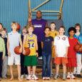 Chris Moore on lihtne mees. Õpetab lastele korvpalli ja loeb peamiseks ülesandeks olla hea isa 9-aastasele tütrele. Pea kogu maailma läbi reisinud ja eksootilistes kohtades korvpallurina leiba teeninud mees oli kevadisel vaheajal maandunud Muhu spordihoones, kus ta lastega koolivaheajalaagrit pidas.