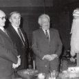 1986. aasta sügisel alustasime Tartus allkirjade kogumist pöördumisele ENSV Ülemnõukogu Presiidiumi poole Kuressaare linna nime ennistamiseks. Sellele pöördumisele kirjutas lõpuks alla üle saja Saare- ja Muhumaalt pärit inimese, kellest enamus elas ja elab praegugi Tartus. Aga kohale sõideti ka veidi kaugemalt, näiteks Jõgevalt ja Põlvast, samuti andsid kohe oma allkirja ka Tartus sugulaste juures külas viibinud saarlased.