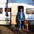 Kriminaalse minevikuga eluheidik Sulev Kirs elab juba aastapäevad autohaagises, mille asukohta ta joomingutest tekkivate pahanduste tõttu alatasa muutma peab.