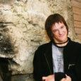Tänavu lõpetab Saaremaa ühisgümnaasiumi 83 noort inimest. Nende hulgas ka Tom Rüütel. Energiline, sõbralik ja igati lõbus noormees. Ainult pisut teistsugune. Nimelt on ta sünnitrauma tõttu tekkinud ajukahjustuse tagajärjel võimetu käeliseks tegevuseks ja ta käib veidi kehvasti.