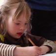 Kallemäe kooli toimetulekuklasside õpilased said kingiks suure karbi värvipliiatseid ja võimaluse kunstiõpetaja Ülle Mägi juhendamisel proovida üheskoos võlulille joonistada.