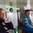 On kolmapäeva hommik ja ees sõit Saaremaale. Pool tundi enne praami väljumist ootab sadamas paar-kolm sõidumasinat ja loomulikult nn piimapütt, mis hiidlaste lehmavalge naabersaarele toimetab. Hiidlastel ju peale kurikuulsa Lacto pankrotti oma piimatööstust enam pole.  Kutsuv käeviibe laevamehelt ja autod veerevad tekile.
