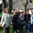 Reede pärastlõunal jagasid Saaremaa muusemi teadurid Tiina Ojala (ka Mihkli talumuuseumi direktor) ja Sirje Azarov Kihelkonna ja Lümanda põhikooli õpilastele õpetusi Mihkli talu õues ja niidis kasvavatest puudest ning tutvustasid ekspositsiooni talumajapidamises kasutusel olnud (vahest praegugi olevatest) puidust tarbeesemetest.