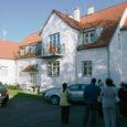 Saare maakonnas on korteriühistuid 130. Neist suurem osa tegutseb Kuressaares ning maakorteriühistuist jääb enamik Kaarma valda, veel on neid Pärsamal ja Laimjalas.