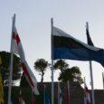Saarte mängude avamisel Rhodose antiikstaadionil oli osalevate maade lippude seas lehvimas ka Saaremaad tähistav sini-must-valge, sedakorda küll valge-must-sini kombinatsioonis.
