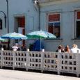 """Kuressaare linnavalitsuse täiendused kohvikute suviste terrasside nõuete osas panevad teenusepakkujaid lindudega halastamatut võitlust alustama. """"Võrreldes eelmise aasta korraldusega on müügikoha üürniku kohustuste hulka lisatud nõue, et toitlustusteenust osutades tuleb välistada […]"""