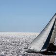"""50. Muhu väina regati esimene sõit Pärnu lahel tuli tugeva tuule tõttu ära jätta. Teisel päeval sõidetud Pärnu-Kihnu etapil sai tormituultes kannatada nii mõnigi jaht. Jaht """"Minni"""" pidi katkestama murdunud masti tõttu."""
