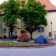 Esmaspäeva varahommikul leidsid linnakodanikud Kuressaare kesklinnast uue ajutise ehitise. Raekoja-esisele haljasalale oli tekkinud telk, kus puhkas mööda Eestit rändav Tartu noormees.