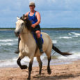 Eile Tagamõisa poolsaarel Haagi lõukas toimunud ratsatriatlonil saavutas 19 osaleja seas üldvõidu tuntud Saaremaa ujuja Imre Kuusk hobusel Rooma (aeg 35.53), ülejäänud kolmes võistlusklassis tulid esimeseks hiidlased.
