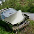 Läinud reedel Pihtla maan-teel juhtunud liiklusõnnetuses kannatada saanud auto vrakk seisis veel eile hommikul samas teeservas, tagumine numbrimärk küljes.