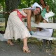 Veel viimaseid päevi vallaline olev Piret Ristain sai sõbrannadelt tüdrukute õhtul ülesandeks ära värvida kaks pargipinki. Kooskõlastatult Kuressaare Linnamajandusega sai ettevõtmine ka teoks.