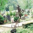 Kaarma kalmistule sisenejale avaneb õõvastav vaatepilt. Vanad, mitusada aastat püsinud raudristid on kõverad, üks ühes, teine teises suunas. Kaarma rahulas toimunule juhtis toimetuse tähelepanu linnakodanik, kes oli käinud seal omaste kalmul.