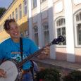 Kuressaare on saanud esimese järjepideva tänavamuusiku – Nicole Kennedy Ameerika Ühendriikidest