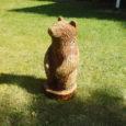 Teisipäeva õhtust alates istub Ruhnu vallamaja esisel muruplatsil uus karu (pildil), seekord puust.