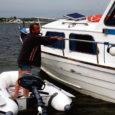 Nädalavahetusel kütuse lõppemise tõttu Rootsi vetes merehätta sattunud Eesti mootorpaati tabas eile järjekordne ebaõnn, kui merehädalised eile hommikul Kuressaare jahisadamasse sissesõidul madalikule sattusid.