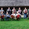 Muhu muuseumi korraldatud külapillimeeste lustipäeval Koguva Toomal mängisid rohkearvulisele publikule kümme lõõtsa, akordioni ja karmoškameest nii Muhu- kui Saaremaalt, sealhulgas neli pillimeest, kes hiljutisel üleriigilisel Võru folkloorifestivalil erinevates mänguklassides kolme parema hulka tulid.