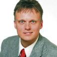 Muhu põhikoolile ja Saaremaa ühisgümnaasiumile hümni kirjutanud Pädaste mõisnik ja riigikogu liige Imre Sooäär astus muusikaakadeemiasse õppima elektroonilise muusika kompositsiooni eriala.