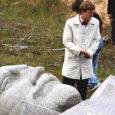 Eile keskpäeval tõsteti Sikassaare laoplatsilt autokasti ja sõidutati Tallinna saarlasest riigikukutaja Viktor Kingissepa kuju. 25 tonni kaaluv graniidist kuju pannakse rahvale vaatamiseks välja Eesti Ajaloomuuseumi ekspositsioonis.