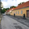 Saaremaal Nasval elav tuntud ajaloo-uurija KALLE KESKÜLA jätkab sarja, mis pühendatud Kuressaare linna kujunemisele. Seekord on vaatluse all linna tänavad ja väljakud.