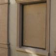 Viimasel ajal Kuressaares toime pandud akende lõhkumised jätkusid eile öösel, kui Kauba ja Kohtu tänaval purustati nelja ettevõtte aknad. Nasva külas peksti ühel hoonel sisse kaheksa akent.