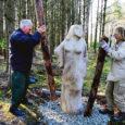 Eile jõudsid Kuressaare terviseparki puust tahutud Murueit ja tema kolm tütart. Neli skulptuuri asuvad tervisepargi Marientali tee poolses küljes.