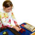 Läinud reedel esitleti Lustjala mängumaal esimest Saaremaal valminud puuteraamatut, mis mõeldud pimedatele ja vaegnägijatele lastele.