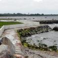 Torgu vallavolikogu esimees ja ärimees Mihkel Undrest on rajanud oma koduranda Torgu vallas Türju külas kividest ja betoonist kaldakaitserajatise, mis peaks Penumetsa maatükki tormide eest kaitsma.