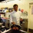 """Restorani Arensburg peakokk Andres Jakovlev (27) on Viljandist pärit noormees, kes tuli Saaremaale kokaametit pidama Mora puhkekeskusse. Tuli ja jäi. """"Minust on saanud vaata et suurem Saaremaa patrioot kui saarlased ise. Ei kujuta ettegi, et ma kusagil mujal töötaks ja elaks,"""" ütleb ta ise."""
