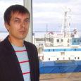 Marek Rauk töötab veeteede ametis laevade järelevalve osakonna juhatajana. Töökoht on tal Koplis, Hundipea sadamas ja kabineti aknast paistab meri. Vahel tööpausi ajal vaatab ta Tallinna lahele, mõeldes, et hea on mere lähedal olla.