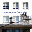 Reedel võis Saaremaa ühisgümnaasiumi juures näha askeldamas töömehi, kes paigaldasid hoone seinale suuri trükitähti.