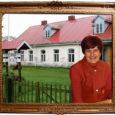 Anne Leesla töötab Hellamaa raamatukogus 1987. aastast. Ta on pärit Raplamaalt. Pärast Tallinna pedagoogilise instituudi lõpetamist raamatukogunduse erialal töötas ta 1971–1980 Rapla keskraamatukogus (tollane nimetus) teatmebibliograafina.