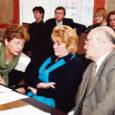 Kuressaare linnavolikogu revisjonikomisjon ootas eile linnavalitsuselt selgeid vastuseid ooperipäevade rahajagamise, võlgade ja kogu asjakäigu võimalike arengute kohta. Vastu saadi vaid juba teada-tuntud jutte usaldusest ja põrkuti volikogu osavõtmatusele antud küsimuses.
