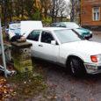 KURV SIRGEKS: Eile hommikul kella 10 paiku rammis keskmises joobes meeskodanik oma autoga Kuressaare linnapargi aeda.