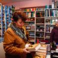 """Kuressaare haigla ravijuht Reet Tuisk oli eile Turu raamatukaupluses kolmekümnes ostja, kes lahkus poest värskelt müügile jõudnud menukiga """"Harry Potter ja surma vägised""""."""