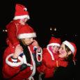 Möödunud reede õhtupoolikul võis linna vahel ringi sibamas näha mitutkümmet punasekuuelist päkapikku, kes esiti kõik usinasti jalakäijatele helkureid jagasid ning hiljem orienteerumismängus osalesid.