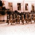 Kui tänapäeval hämmastab ilmselt paljusid naiste soov ja tahtmine kaasa lüüa vabatahtlikus riigikaitseorganisatsioonis, siis enne II maailmasõda oli kuulumine Kaitseliidu (KL) eriorganisatsiooni Naiskodukaitse (NKK) loomulik ja prestiižne ning kui uskuda ajalooallikaid, siis igatüht NKK-sse ei võetudki. Ometi oli tegemist Eesti Maanaiste Keskseltsi järel suuruselt teise organisatsiooniga.