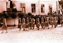 Naised, kes kandsid uhkusega helesiniseid kleite