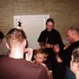 Kolmanda jõulupüha õhtupoolikul puistati Muhus Koguva Muuseumis Tooma talu köögis põrandale rukkipõhud. Juba mitmendat aastat järjepanu kutsub muuseumirahvas huvilisi kokku üheskoos vanu laule laulma, mänge mängima ja jõulupühi pidama.