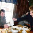 """Lümanda söögimaja perenaine Juta Pae kutsus kolmekuningapäeval valla puuetega inimesed klimbisupile ja kohvile-koogile. """"Mul läheb väga hästi ja tahan oma rõõmu ka teistega jagada,"""" põhjendas naine oma kaunist ettevõtmist lihtsalt."""