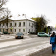 Riiklikult tunnustatud liiklusskeemidega tegeleva firma Teede Tehnokeskuse AS spetsialist soovitab Kuressaare linnal läbi viia liiklusohutuse auditi, et tuvastada kitsaskohad linna liikluskorralduses. Seni linnal taoline ülevaade puudub. Samuti ei näe spetsialist põhjust, miks ei võiks osale Kuressaare tänavatest paigaldada tehislikke kiirusepiirajaid.