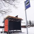 Muhu vallavalitsus lasi eelmisel nädalal Vahtraste külasse paigaldada esimese tüüpprojekti järgi valminud bussiootepaviljoni, mille sarnased hakkavad edaspidi olema kõik uued Muhu ootepaviljonid.