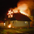 Pühapäeva hilisõhtul kell 23.01 teatati päästeametile tulekahjust Muhu vallas Hellamaa külas, kus põles kahekorruseline kivist elumaja. Peremeest õnnetuse hetkel kodus ei olnud, kuid õnneks kutsus päästjad välja põlengut märganud naabripoiss.