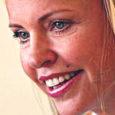 """Vaatamata muinsuskaitseameti ettekirjutustele pole Laimjala vallas asuva Saare mõisa omanik Anu Saagim (fotol) võtnud midagi ette mõisakompleksi lagunemise peatamiseks. """"Olukord Saare mõisas on väga halb,"""" ütles Oma Saarele reedel mõisa hoonete seisukorda inspekteerinud muinsuskaitseameti Saaremaa vaneminspektor Rita Peirumaa. """"Peamaja uksed ja aknad on esimese ettekirjutuse peale küll suletud, aga kõrval asuvad abihooned lagunevad küll täiesti,"""" lisas ta."""