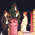 """Neljapäeva õhtul mängiti Valjala rahvamajas Arne Sultani, Earl Barretti ja Ray Cooney populaarset komöödiat täiskasvanutele """"Linda tahab lahutada"""" (tõlk Hannes Villemson), mis esietendus Pärnu teatris Endla Enn Keerdi lavale tooduna juba 2005. aasta sügisel."""